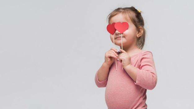 Portret van schattig klein meisje poseren Gratis Foto