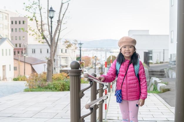 Portret van schattig meisje dragen roze donsjack in hakodate Premium Foto