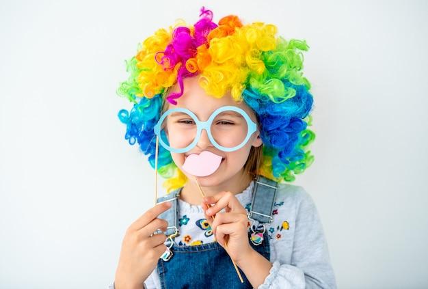 Portret van schattig meisje in kleurrijke pruik Premium Foto