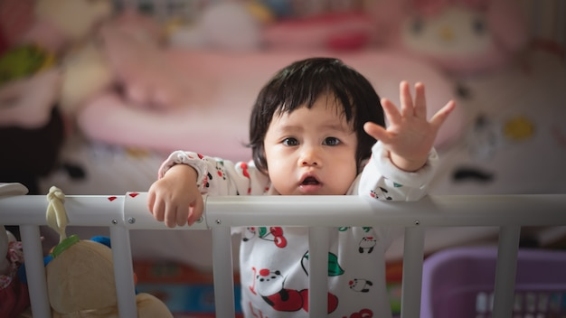 Portret van schattige baby in kind barrière Premium Foto
