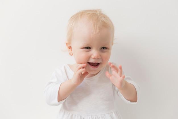 Portret van schattige babymeisje lachen Gratis Foto