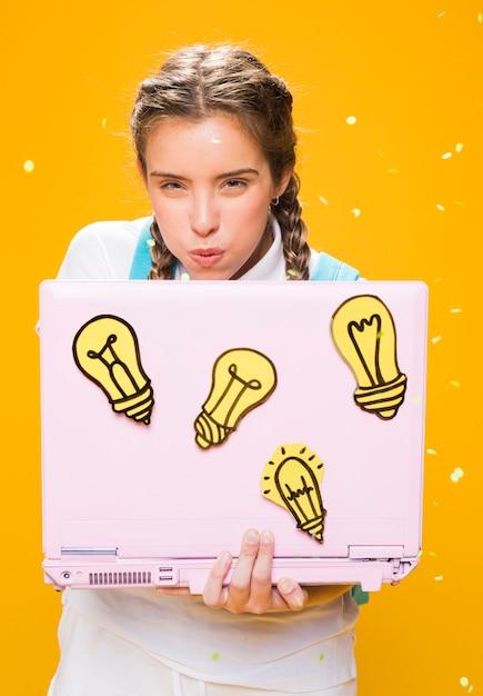 Portret van schoolmeisje dat met laptop bestudeert Gratis Foto