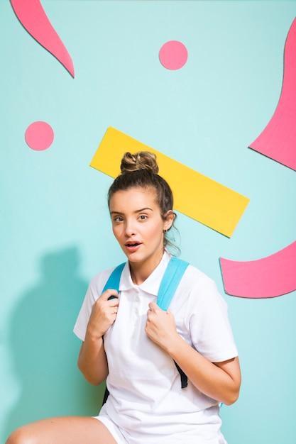Portret van schoolmeisje op een achtergrond van memphis Gratis Foto