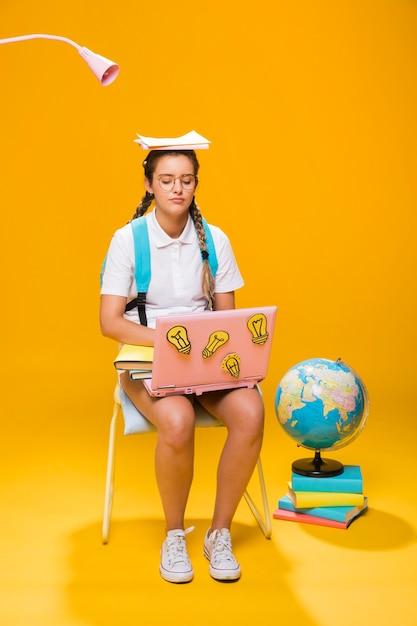 Portret van schoolmeisje op gele achtergrond Gratis Foto