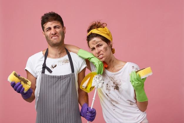 Portret van schoonmaakpersoneel met ontevredenheid kijkt Gratis Foto