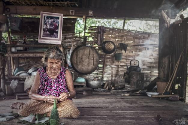 Portret van senior vrouw thuis Premium Foto
