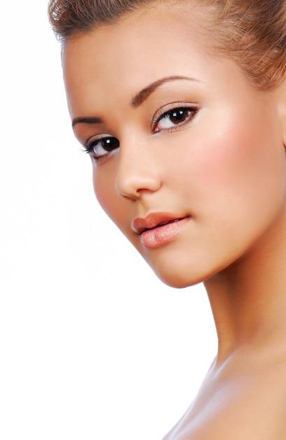 Portret van sensualiteit jonge mooie vrouw met perfecte teint Gratis Foto