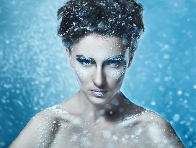 Portret van sensueel mooi vrouwenmodel met bevroren gezicht aart Premium Foto