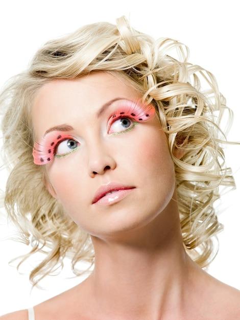 Portret van sexy schoonheidsvrouw met maniermake-up. creatieve roze valse wimpers Gratis Foto