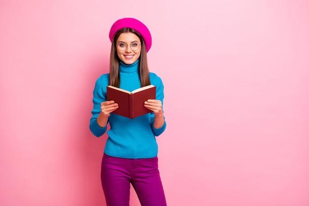 Portret van slimme intelligente uitwisseling universiteitsstudent meisje gelezen encyclopedieboek geniet van materialen weekends voel positieve emoties draag hipster-stijl outfit. Premium Foto