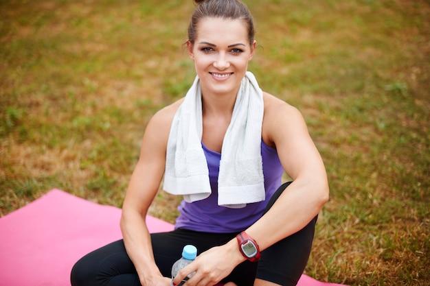 Portret van sportvrouw in het park Gratis Foto