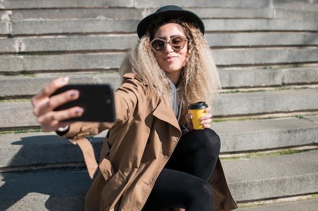 Portret van stedelijke tiener die een selfie neemt Gratis Foto