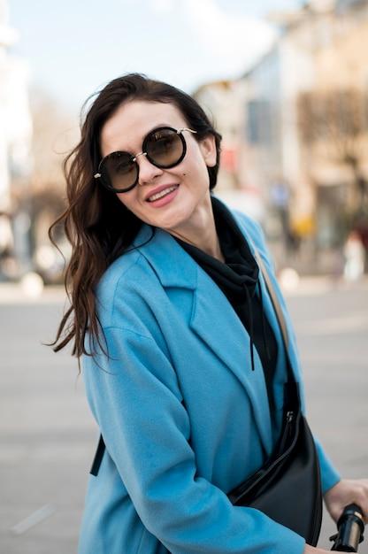 Portret van stijlvolle jonge vrouw met zonnebril Gratis Foto