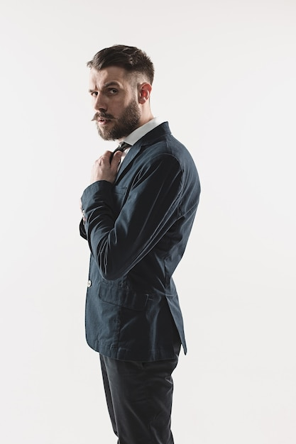 Portret van stijlvolle knappe jonge man Gratis Foto