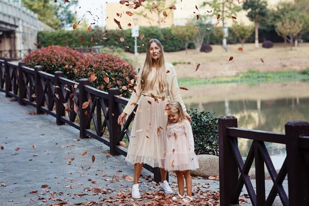 Portret van stijlvolle moeder en dochter buiten Premium Foto