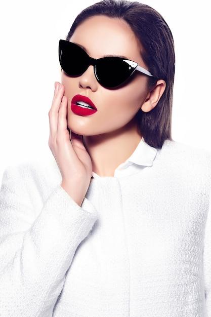 Portret van stijlvolle mooie jonge vrouw met zonnebril Gratis Foto
