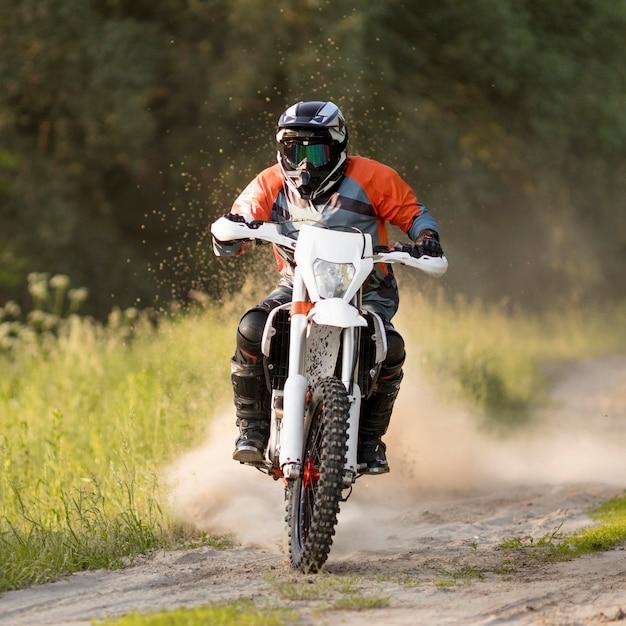 Portret van stijlvolle personenvervoer motorfiets Gratis Foto