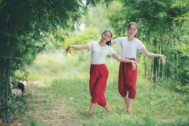 Portret van thaise jonge dame in thailand dat van de kunstcultuur, thailand danst Gratis Foto