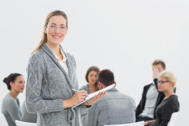 Portret van therapeut met groepstherapie in zitting op achtergrond Premium Foto