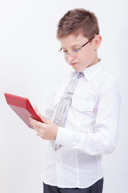 Portret van tienerjongen met rekenmachine op witte achtergrond Gratis Foto