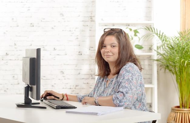 Portret van tienermeisje op haar computer Premium Foto