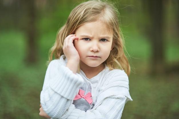 Portret van triest ongelukkig meisje, little triest kind is eenzaam, overstuur en radeloze boze gelaatsuitdrukking. Premium Foto