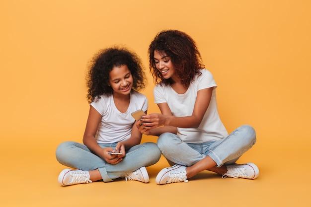 Portret van twee gelukkige afro-amerikaanse zusters Gratis Foto