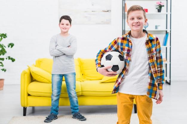 Portret van twee jongens thuis Gratis Foto