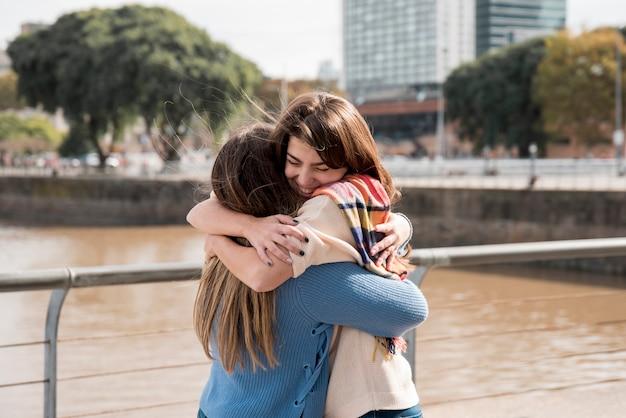 Portret van twee meisjes in stedelijke omgeving met plezier Premium Foto