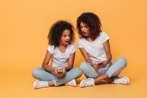 Portret van twee opgewonden afro-amerikaanse zussen Gratis Foto