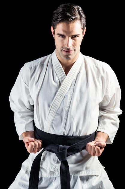Portret van vechter die karatehouding uitvoert Premium Foto
