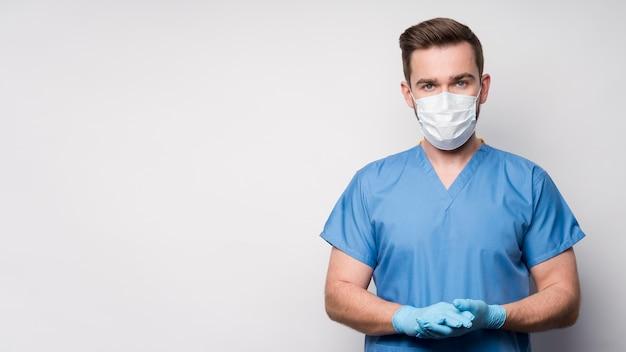 Portret van verpleegster die medisch masker en handschoenen draagt Gratis Foto