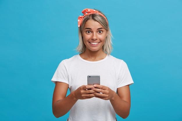 Portret van verrast schattige blonde jonge vrouw draagt witte t-shirt Gratis Foto