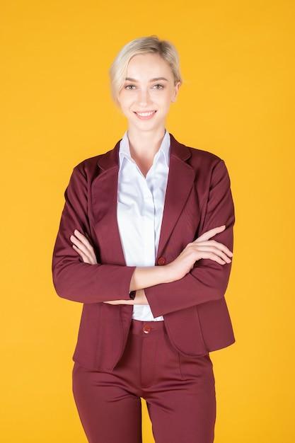Portret van vertrouwen kaukasische bedrijfsvrouw op gele achtergrond Premium Foto