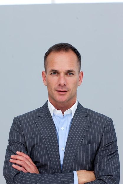 Portret van vertrouwen zakenman met gevouwen armen Premium Foto