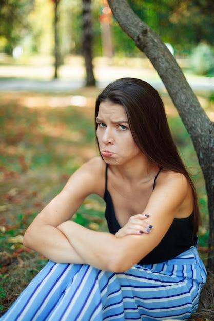 Portret van verveeld en haatdragend vrouw. emotionele vrouw. Premium Foto