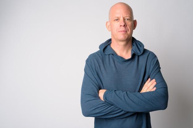 Portret van volwassen knappe kale man met gekruiste armen Premium Foto