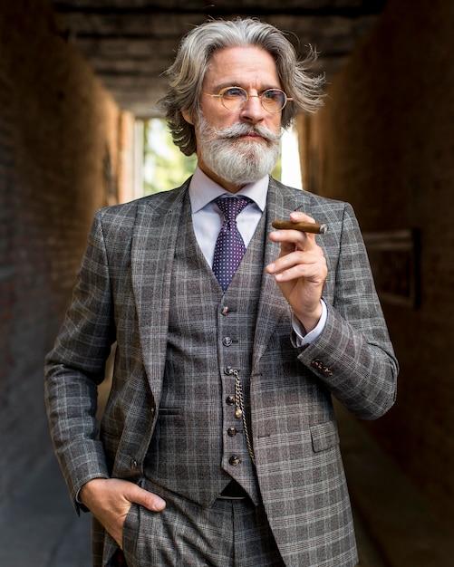 Portret van volwassen man cubaanse sigaar roken Gratis Foto