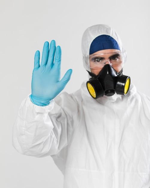 Portret van volwassen mannetje met gezichtsmasker Gratis Foto