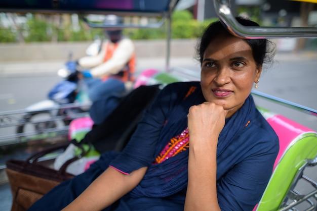 Portret van volwassen mooie indiase vrouw verkennen van de stad bangkok, thailand Premium Foto