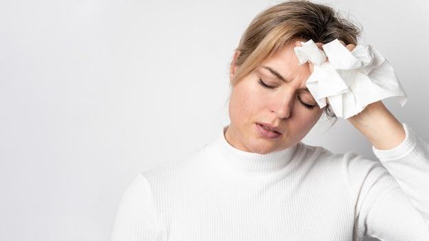 Portret van volwassen vrouw met koortssymptoom Gratis Foto