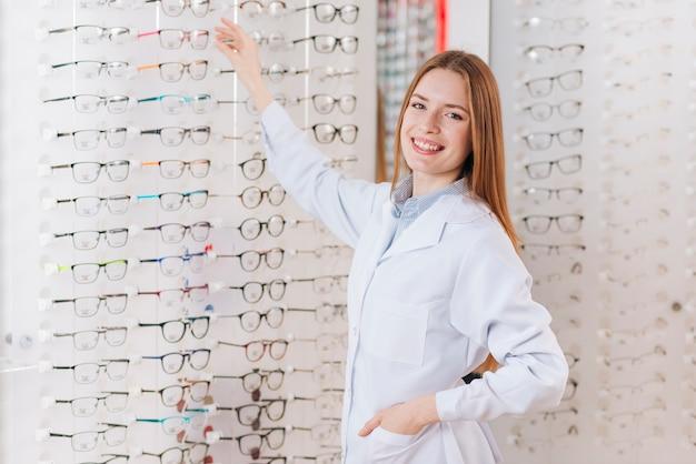 Portret van vriendelijke vrouwelijke optometrist Premium Foto