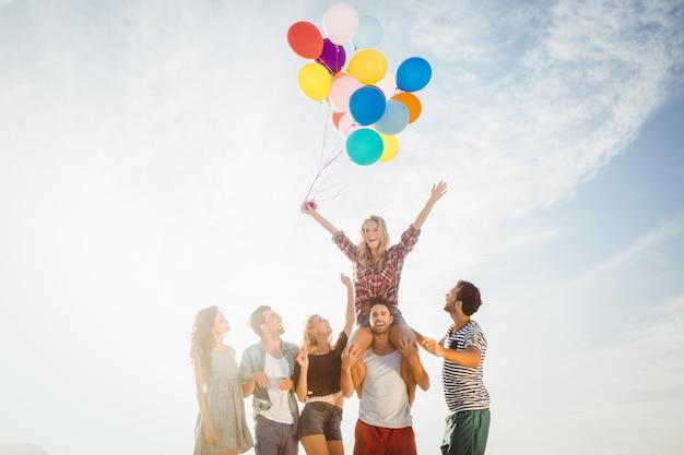 Portret van vrienden die ballon houden Premium Foto