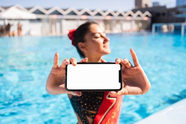 Portret van vrij jong meisje poseren in zwemkleding Gratis Foto