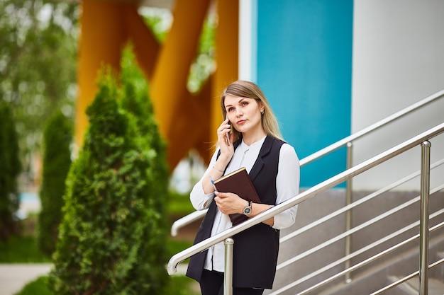 Portret van vrij volwassen peinzende vrouw die op mobiel haar spreekt Premium Foto