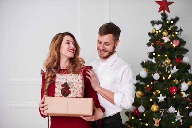 Portret van vrolijk paar met aanwezige kerstmis Gratis Foto