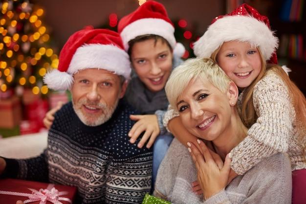 Portret van vrolijke familie tijdens kerstmis Gratis Foto