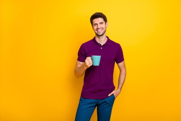 Portret van vrolijke kerel die espresso drinkt die goedemorgendag geïsoleerd doorbrengt Premium Foto