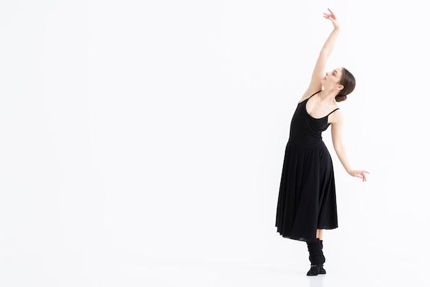 Portret van vrouw die dans met elegantie uitvoert Gratis Foto