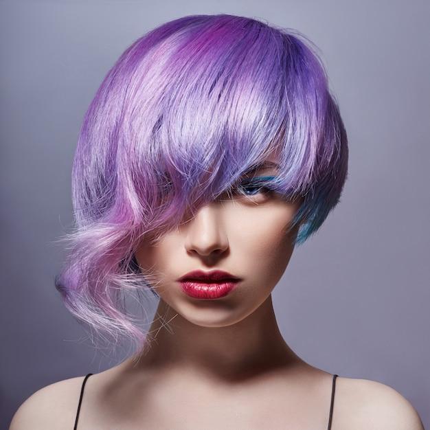 Portret van vrouw met helder gekleurd vliegend haar Premium Foto